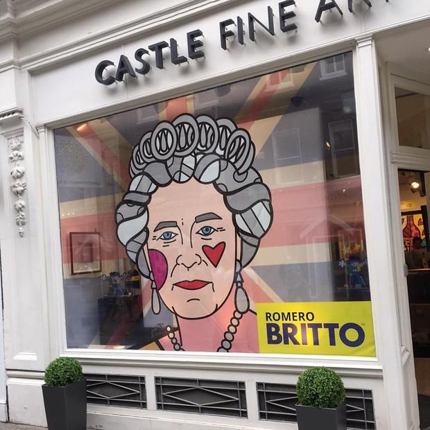Rainha Elizabeth estampada em uma galeria em Londres (Foto: Reprodução/Instagram)