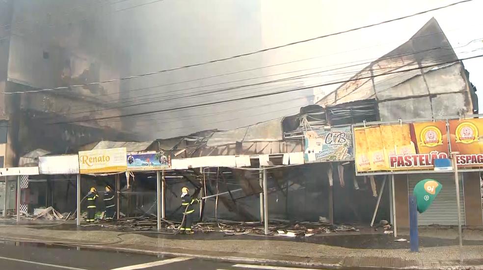 Incêndio em centro comercial de Guarapari (Foto: Reprodução/ TV Gazeta)