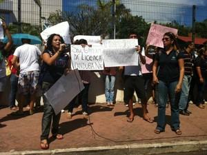 Manifestantes da UEA querem audiência com governador do Amazonas, Omar Aziz (Foto: Girlene Medeiros /G1 AM)