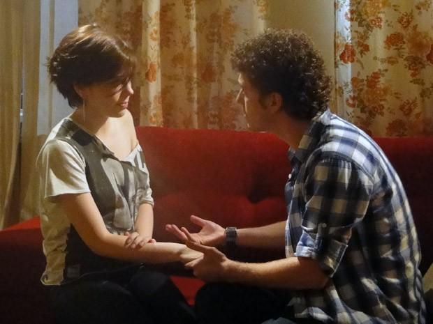 Gabriel conta a Alexia que reconheceu filho com Cristal em cartório  (Foto: Divulgação/TV Globo)
