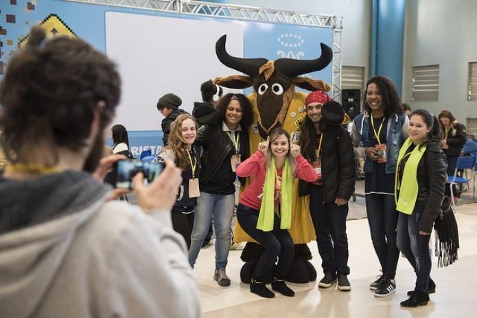 Grupo tira foto com mascote do Gnu (Foto: Divulgação/FISL)