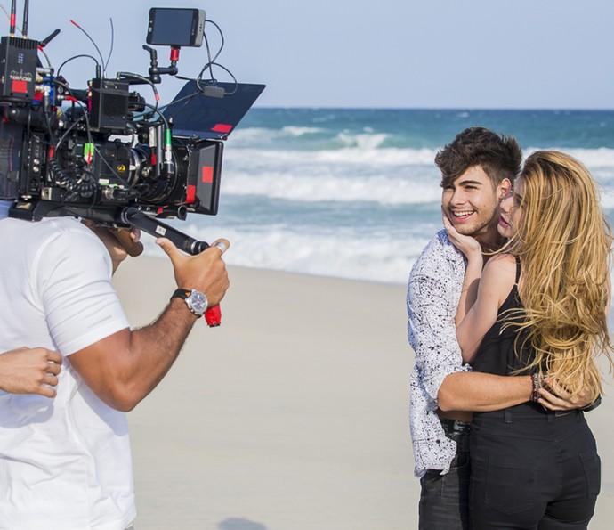 Rafael Vitti e Alinne Moraes gravam cenas de 'Rock Story' (Foto: Arthur Meninea/Gshow)