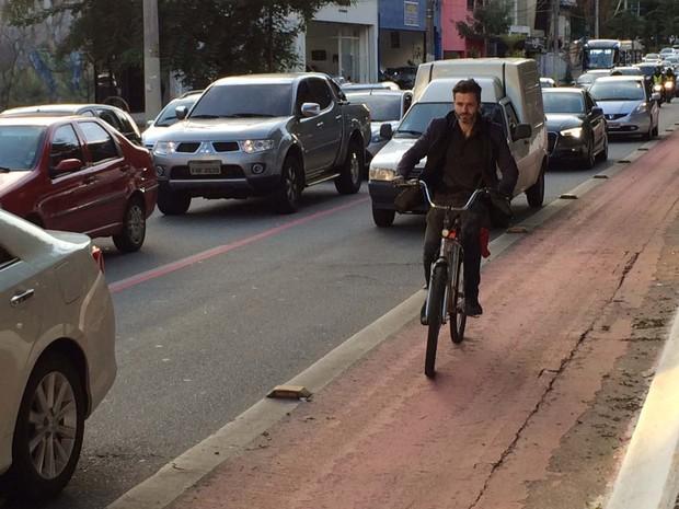 O educador Eurico Junqueira volta do trabalho para casa na ciclovia da Rua Vergueiro, na Zona Sul de São Paulo. Ele abandonou o carro há cerca de 10 anos (Foto: Vivian Reis/G1)
