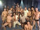 Britney Spears posa de maiô sexy e tira onda com fortões