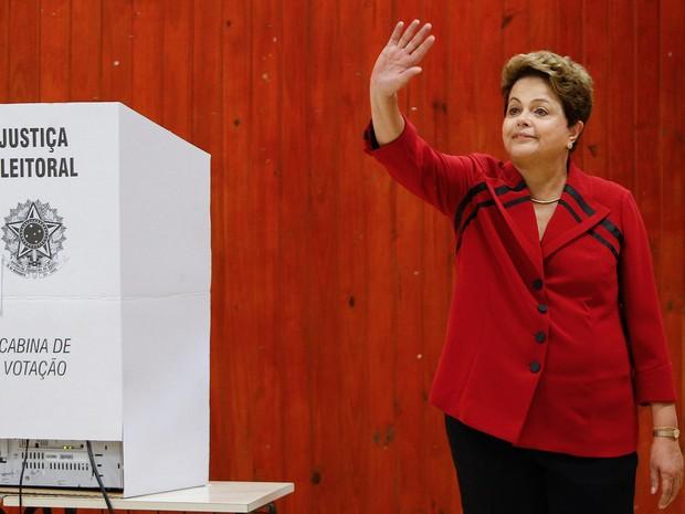 A presidente da República, Dilma Rousseff, candidata à reeleição, vota na Escola Estadual Santos Dumont, Rua Caeté, na Vila Assunção, em Porto Alegre (RS) (Foto: Dida Sampaio/Estadão Conteúdo)
