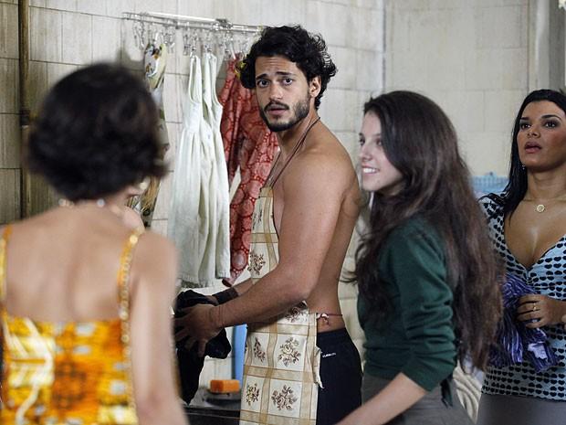 Valéria não gosta de ver Josué no meio da mulherada (Foto: Amor Eterno Amor/TV Globo)