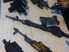 Fiscais da Receita Federal apreendem armas em fundo falso de carro, no PR