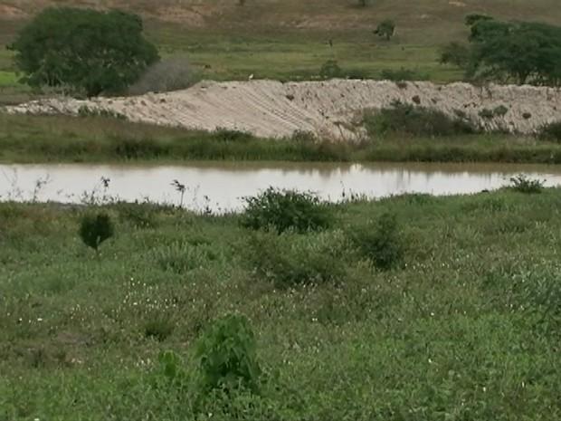 Técnicos pretendem reflorestar a área de 50 metros ao redor da nascente. (Foto: Reprodução/ TV Asa Branca)