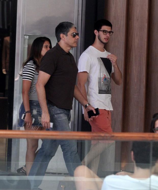 William Bonner curte domingo com os filhos em shopping no Rio (Foto: Ag. News)