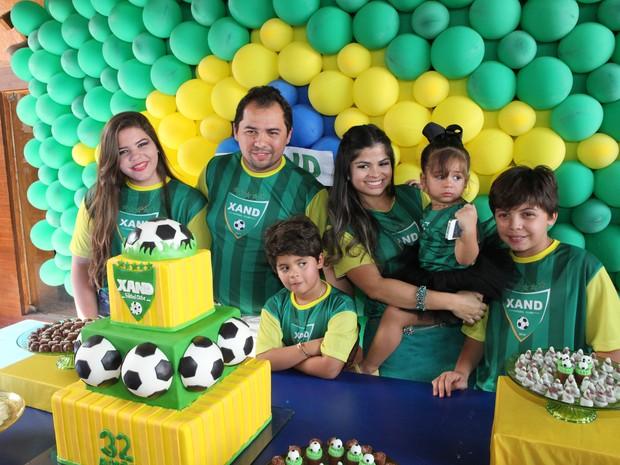 Aguida, Xandy, Enzo, Isabele, Isabela e Adrian Alexandre (Foto: Divulgação)