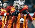 """Sneijder faz dois golaços e leva """"mordida"""" do pitbull Felipe Melo em comemoração"""