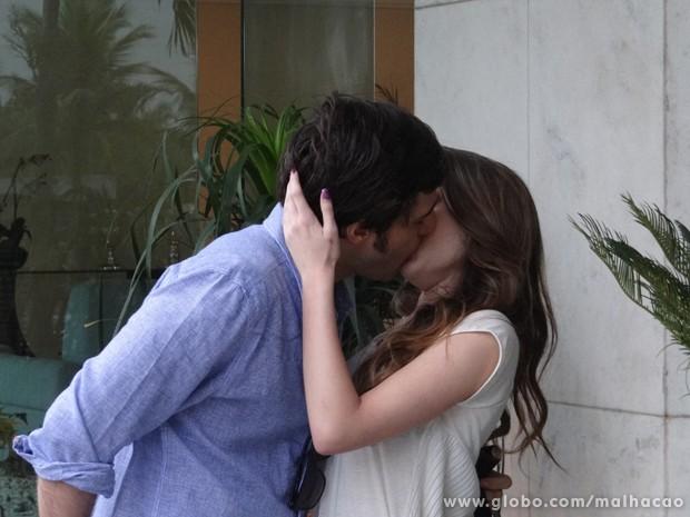 OMG!!! Martin dá um beijaço em Flaviana só pra irritar a Anita (Foto: Malhação/TV Globo)