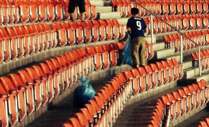 Torcida do Japão limpando Arena Pernambuco  (Foto: Reprodução / Facebook)