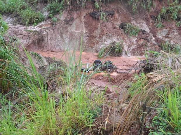 Carreta e caminhonte foram engolidos pela erosão nesta segunda-feira (Foto: Divulgação/Manoel Moreno/I7 Notícias)