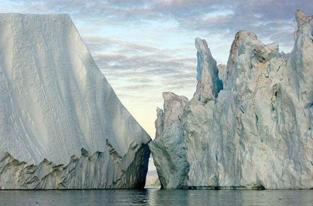 Esta foto registra os blocos de gelo que se elevam a 60 metros da superfície da água, flutuando no Atlântico Norte. A foto foi feita na Groenlândia, em 2007, por James Balog (Foto: Causa e Efeito/James Balog)