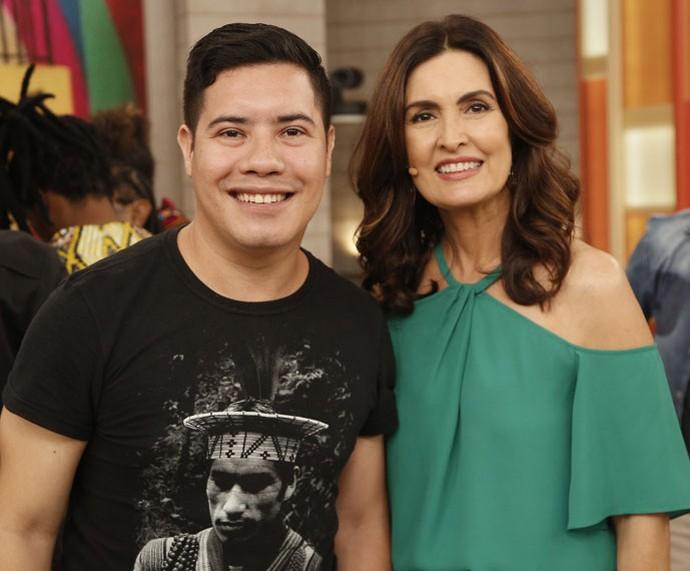 Convidado com a apresentadora nos bastidores  (Foto: Raphael Dias/Gshow)