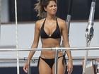 Nicole Scherzinger exibe curvas de biquíni e é clicada em pose estranha