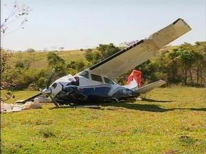 Passageiro e piloto ficaram levemente feridos (Foto: Reprodução/TV Fronteira)