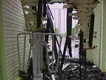 Chamas atingiram salas do parque de exposições (Foto: Reprodução/RBS TV)