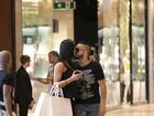 Belo e Gracyanne Barbosa trocam carinhos em dia de compras no Rio