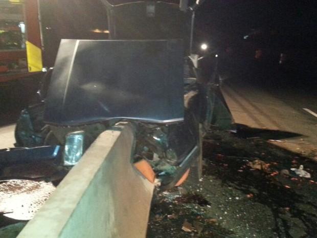 Os três ocupantes do veículo ficaram presos nas ferragens (Foto: PRF SC/Divulgação)