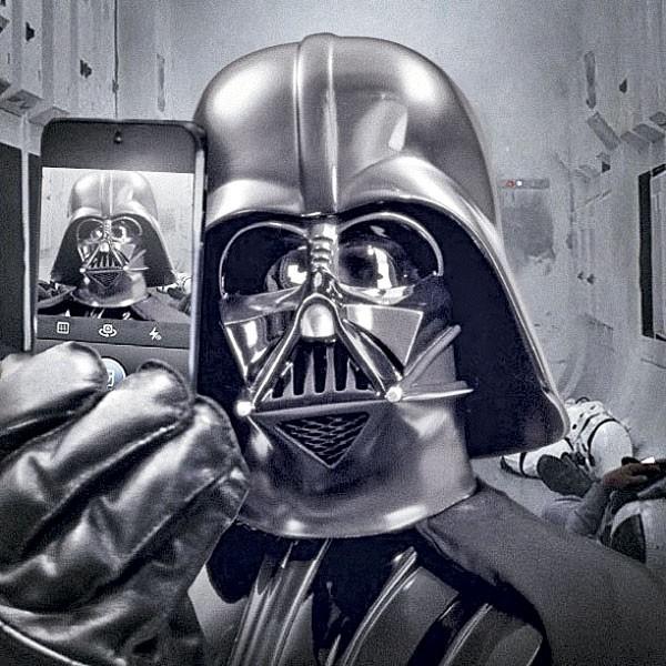 2013 foi também o ano em que Darth Vader tirou um selfie. A foto inaugurou a conta oficial da franquia Star Wars na rede social. (Foto: reprodução)