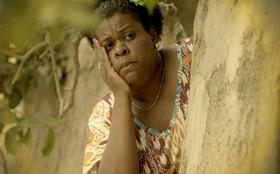 Na favela, Zezé reconhece Carminha, que volta a ficar refém de bandidos