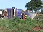 Policiais tentam encontrar tacógrafo de carreta que tombou em rodovia