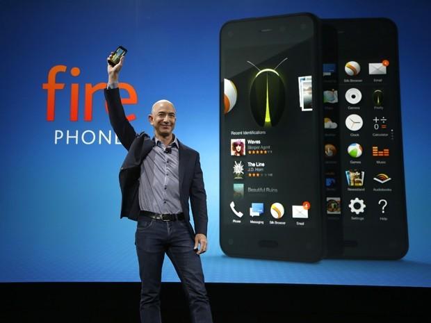Jeff Bezos e o Fire Phone (Foto: AP)