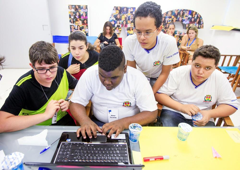 Criancas da rede publica de educacao do interior de São Paulo participam de laboratorio de informatica na sede do Instituto Ayrton Senna (Foto: Rogério Cassimiro/ÉPOCA)