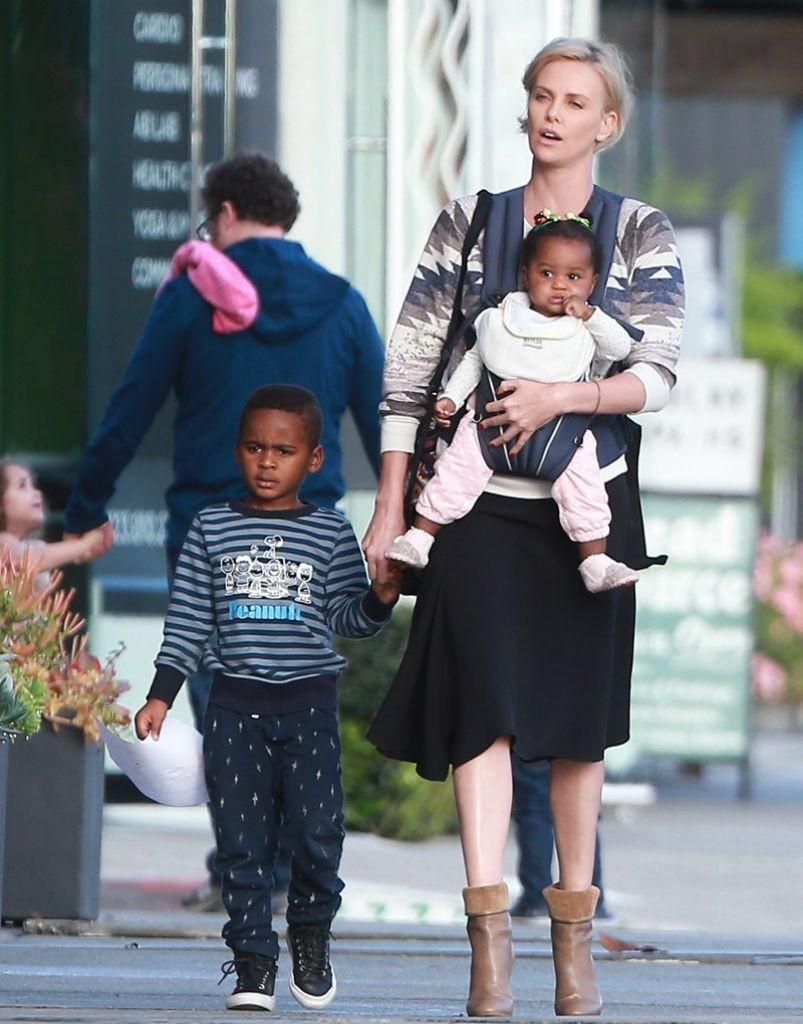 Charlize Theron com seus filhos (Foto: Divulgação)