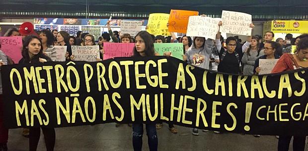 Grupo de mulheres faz ato na estação Palmeiras-Barra Funda do Metrô contra o abuso sexual (Foto: Anne Barbosa/G1)