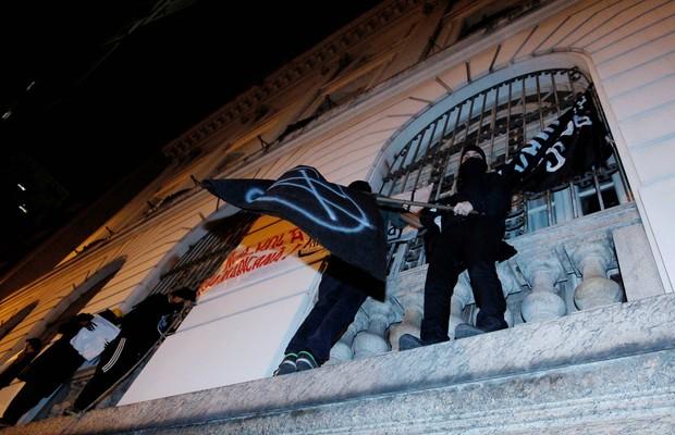 Em protesto contra a repressão policial nas manifestações e contra o governador do RJ, Sérgio Cabral,  grupo ocupou o prédio da Câmara Municipal do Rio (Foto: Marcelo Piu / Agência O Globo)
