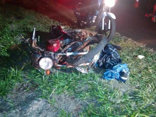 Motocicleta parou em vegetação às margens da via (Foto: José Aparecido/ TV Morena)