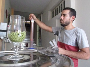 Jovem cervejeiro criou cerveja a base de rapadura, abacaxi e canela (Foto: Fernando Brito/G1)