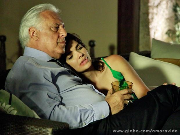 Sem perceber, César toma o uísque adulterado por Aline (Foto: Ellen Soares / TV Globo)