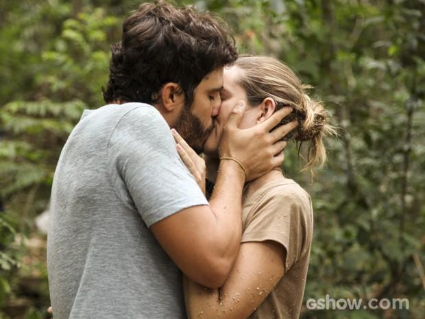 William salva Lili e eles se beijam (Foto: Carol Caminha/TV Globo)
