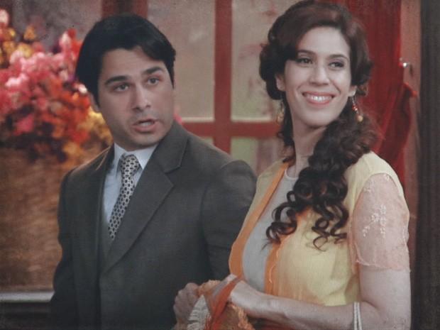 Neusinha joga na cara de Diva que está namorando o filho dela (Foto: Lado a Lado / TV Globo)