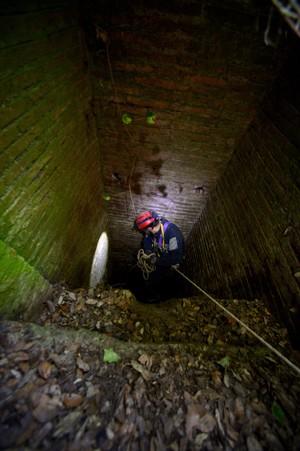 Com a ajuda de cordas, um pesquisador desce para túnel. (Foto: AFP Photo/Filippo Monteforte)