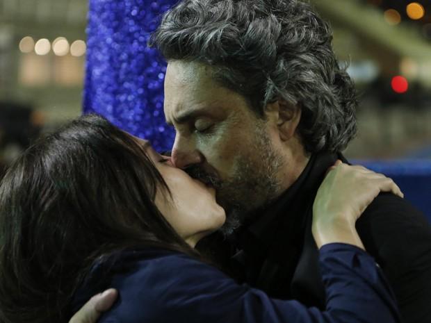 Após tiro, José Alfredo beija Cora (Foto: Felipe Monteiro/ Gshow)