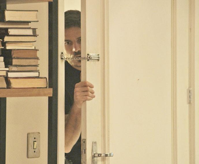 Dante tenta entrar no apartamento, mas a porta está com trinco (Foto: TV Globo)
