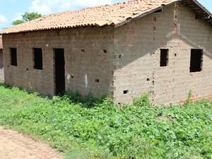 Segundo vereador Posto de Saúde da Rua Gameleira começou a ser construído em 2004 e nunca foi concluído em Miguel Leão (Foto: Gil Oliveira/ G1)