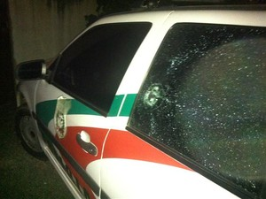 Duas viaturas foram atingidas no ataque à delegacia (Foto: Rafael Corrêa de Lyra/Divulgação)