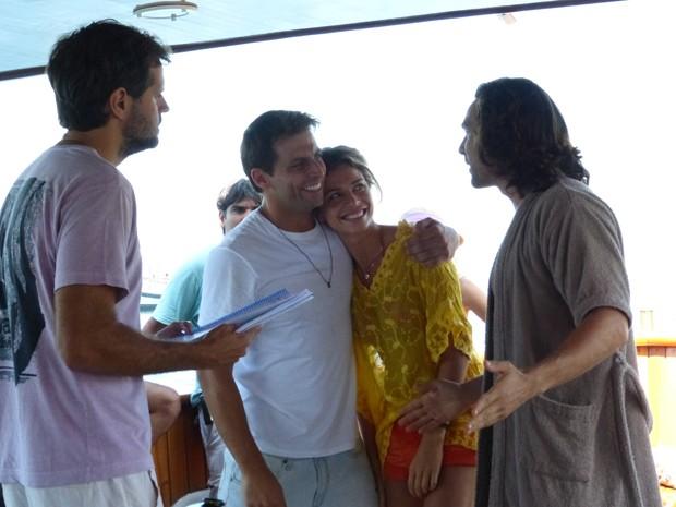 Ao trabalho! Léo Nogueira dirige o trio em cena à bordo de um iate (Foto: Flor do Caribe / TV Globo)
