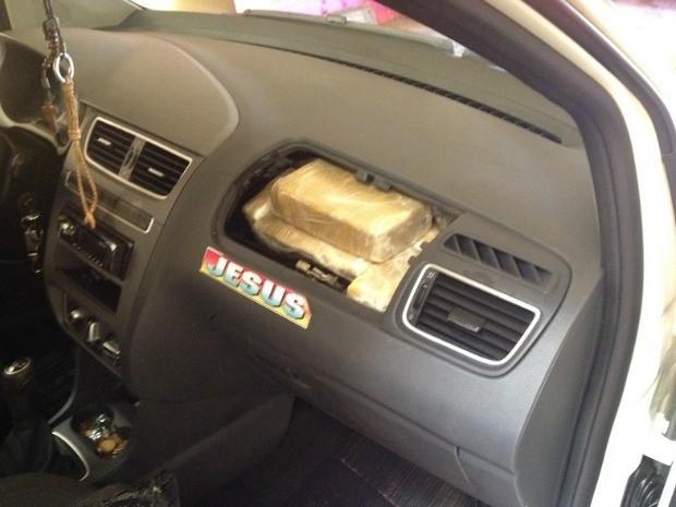 Droga foi escondida no painel do veículo (Foto: Divulgação/ PF)