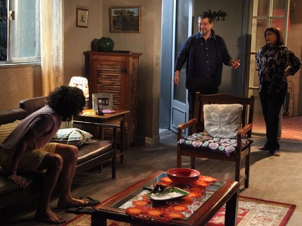 Reginaldo aparece na casa de Jurema  (Foto: Carol Caminha/Gshow)