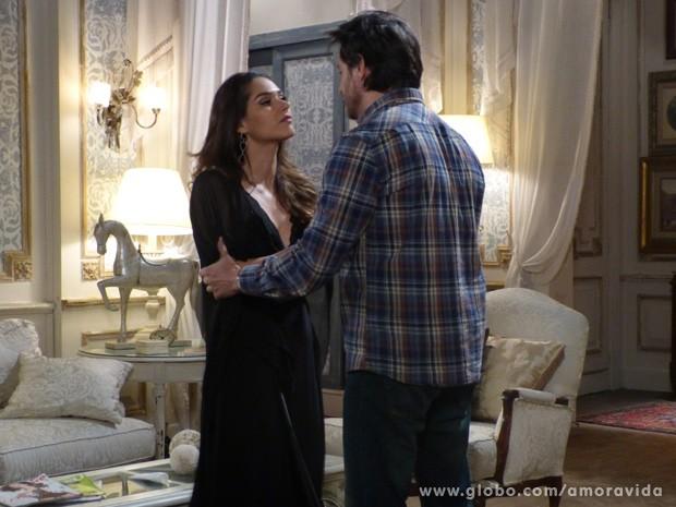 Leila se empolga ao ver que Thales topou seu plano (Foto: Amor à Vida/ TV Globo)