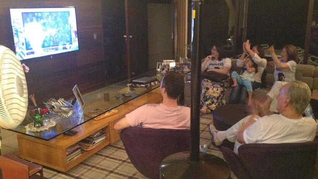Familiares vibraram quando viram os pais de Marcelo na plateia (Foto: Divulgação/RPC TV)