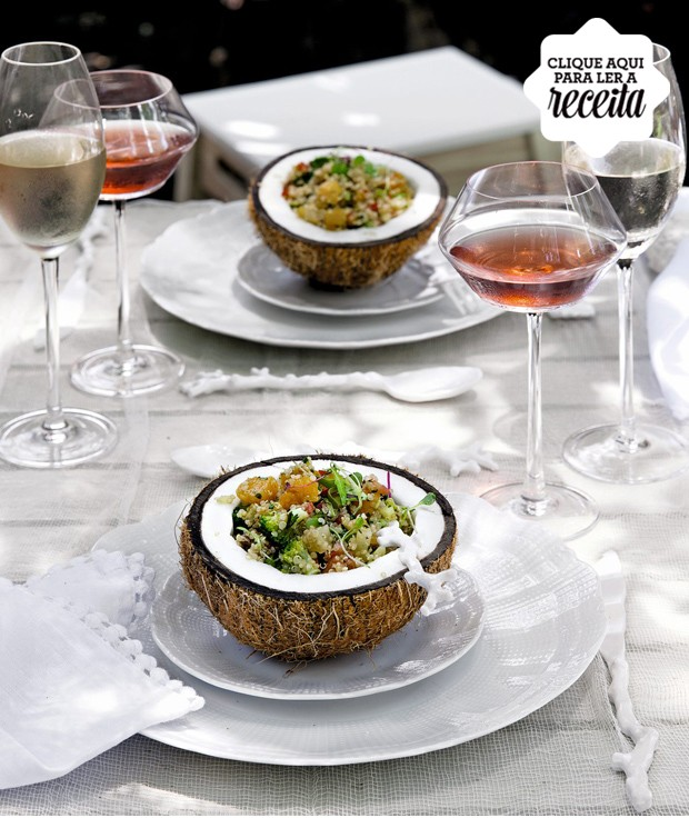 A salada de quinua real, do Zest Cozinha Criativa, vem servida no coco, para abrir mais o apetite. Pratos Tania Bulhões, talheres Rica Festa, taças Oxford Porcelanas (Foto: Cacá Bratke / Editora Globo)