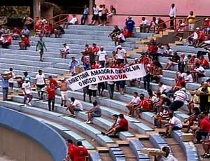 Torcida do Vila Nova protesta no Serra Dourada (Foto: Reprodução/TV Anhanguera)